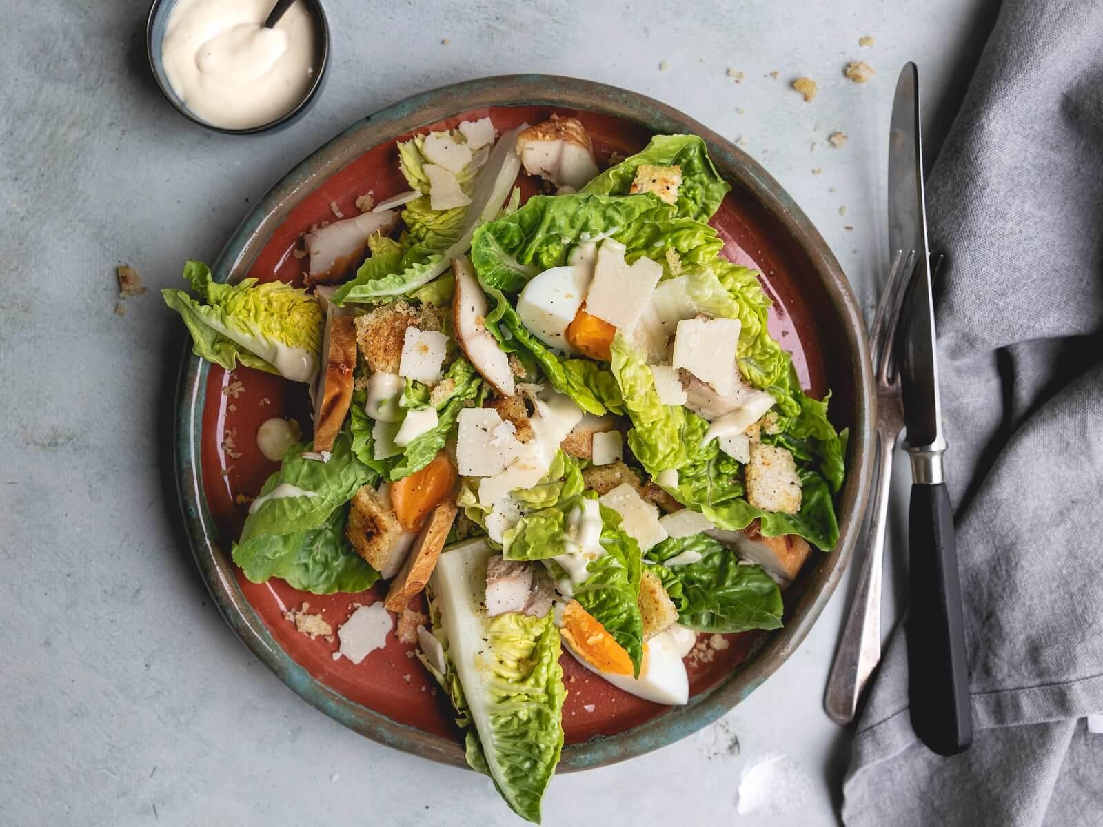 Caesar Salade met gerookte makreel