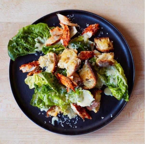 Ceasar salade met makreel door Yuki Sugiura/The Guardian